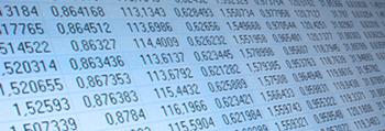 Codes binaires sur arrière-plan bleu.